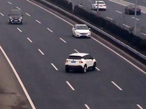 القيادة في الاتجاه المعاكس على الطريق السريع (السائق الشبح)
