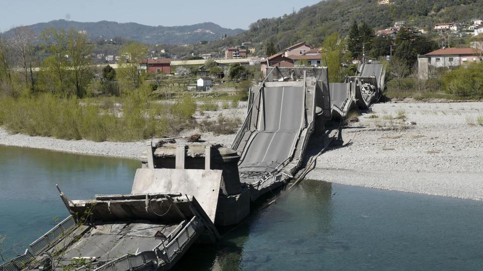 انهيار جسر بطول 260 متر في إيطاليا