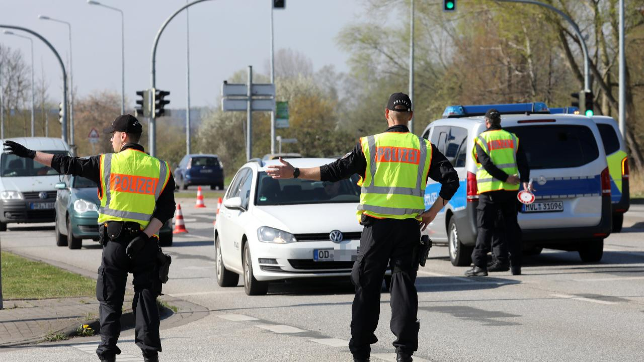 الوباء لا يعرف الاعياد وشرطة مكلنبورغ-فوربومرن توقف السيارات تبعاً للوحات الترخيص