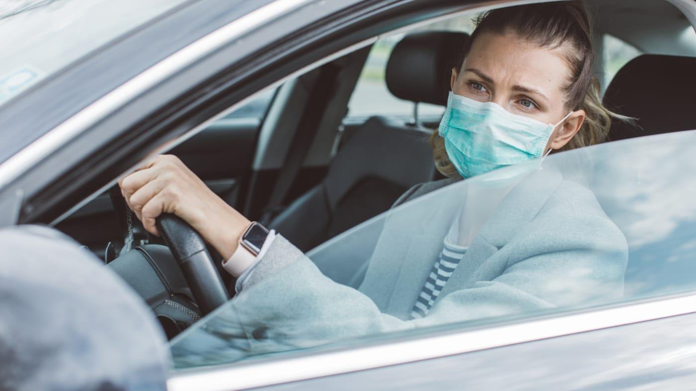 هل يمكن ارتداء أقنعة حماية الوجه -الكمامة – عند قيادة السيارة؟