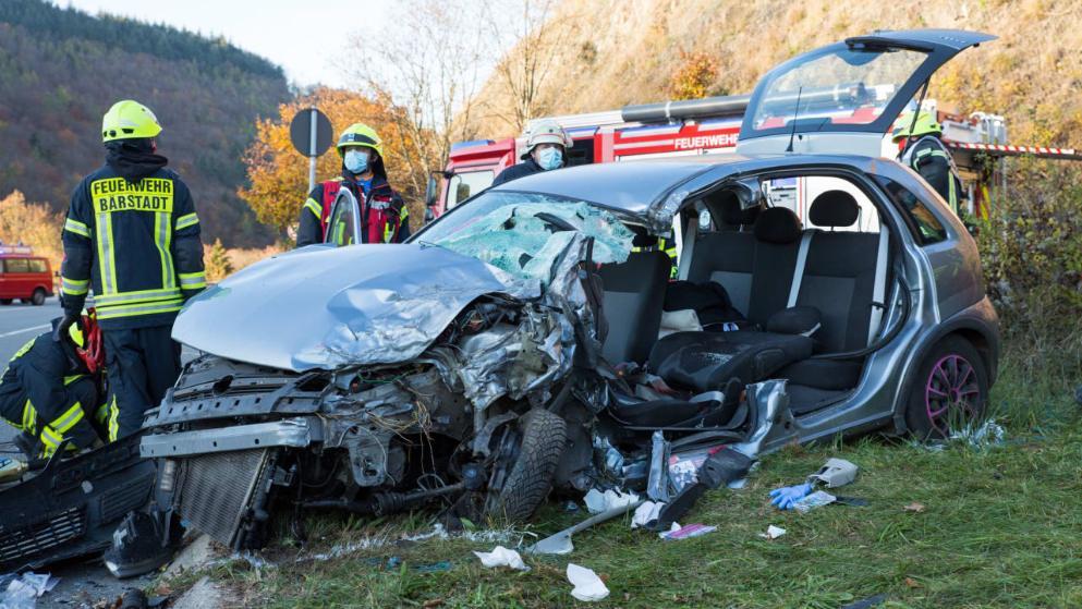 شاحنة تتهرب من سيارة وتصطدم بأوبل
