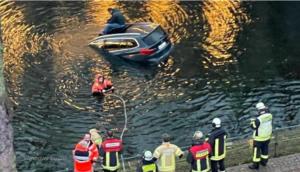 نجاة سائق السيارة من الغرق عبر فتحة السقف