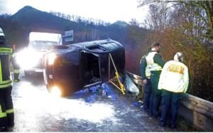إنقاذ راكب طار من السيارة نتيجة الحادث وسقط على الشجرة