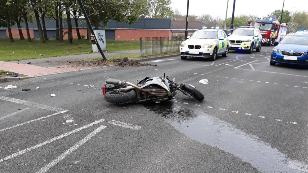 سُرقت دراجته النارية أمامه, طارد السارقين وقتل أحدهم