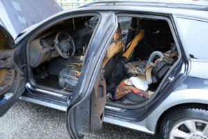 أحرق الطفل سيارة والديه الجديدة (من الملل) خلال انتظاره لهما