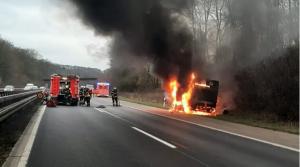 احتراق شاحنة على الطريق السريع  A 43