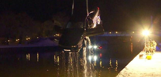 انزلاق سيارة إلى النهر وموت سائقها وطفل