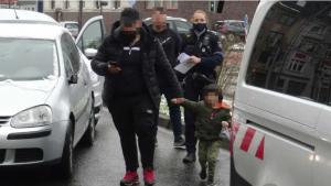 تورط طفل (4 سنوات) بحادثين عندما تركه والده لوحده في السيارة