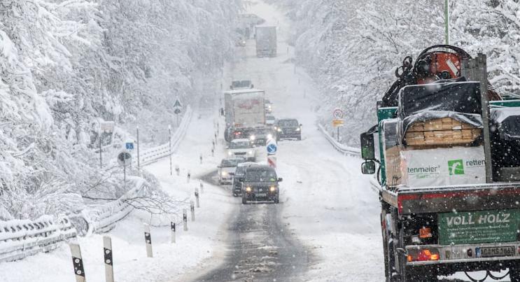 ايفل-فوضى مرورية بسبب تساقط الثلوج