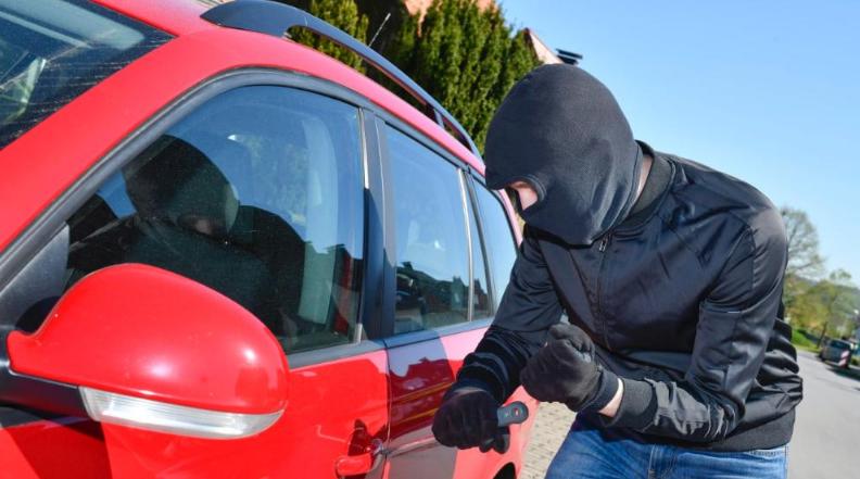 فشل محاولة سرقة سيارة – بسبب نوم السارق