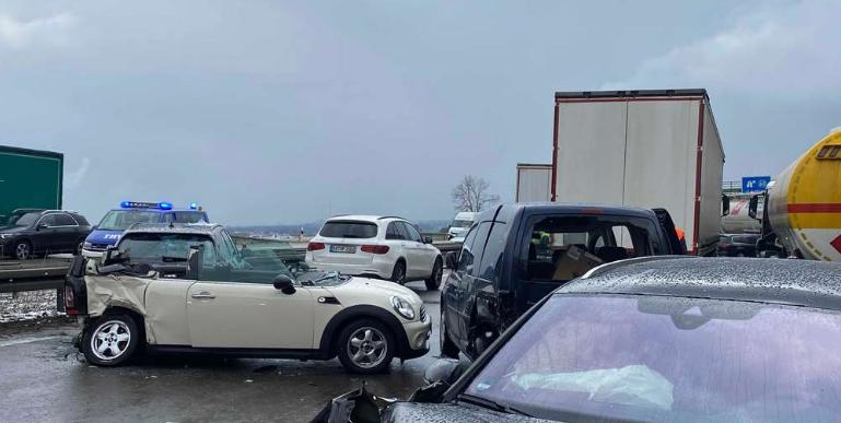مشاركة 65 سيارة في حادث تصادم جماعي على الطريق السريع A9