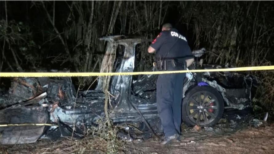تكساس- توفي شخصان في تسلا (بدون سائق) نتيجة اصطدامها بشجرة واحتراقها بالكامل