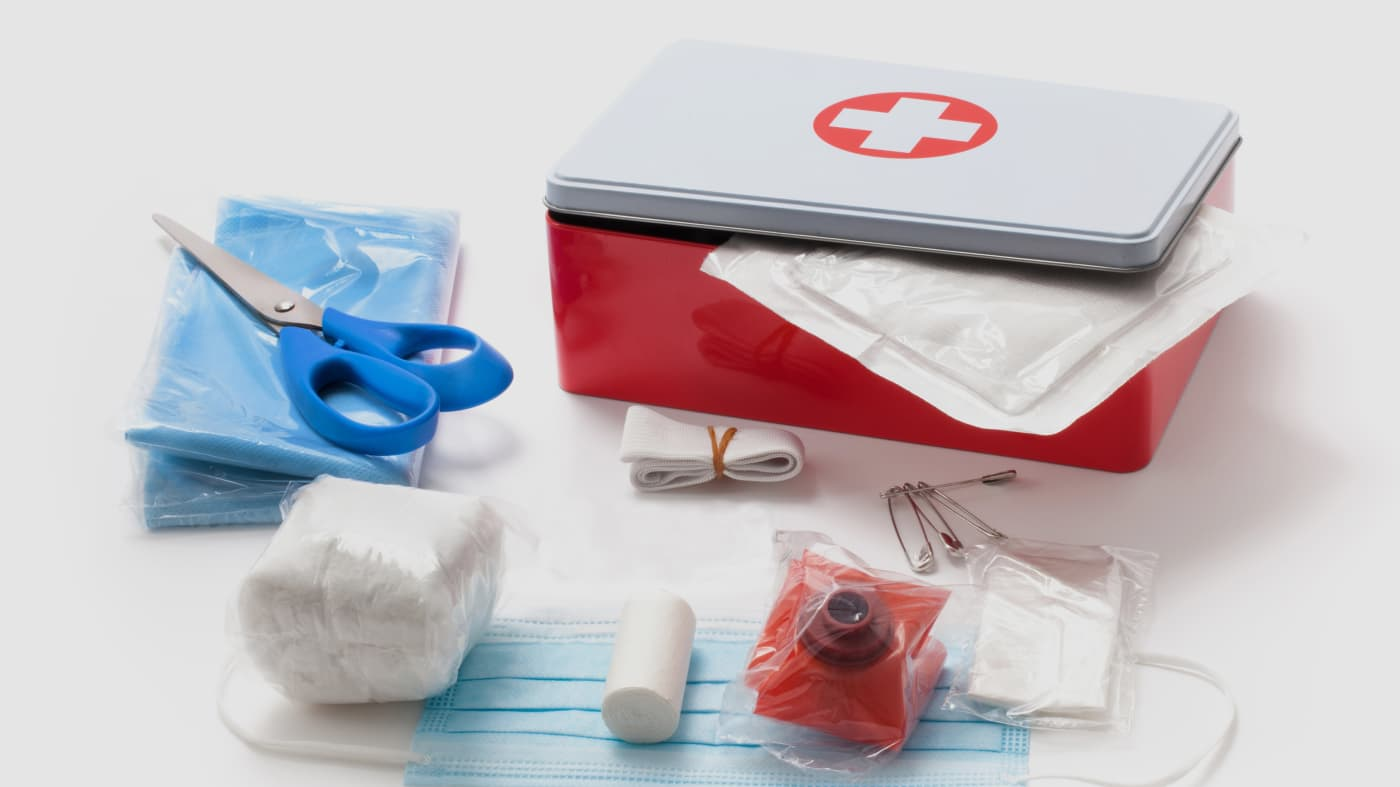 محتويات حقيبة الإسعافات الأولية في السيارة
